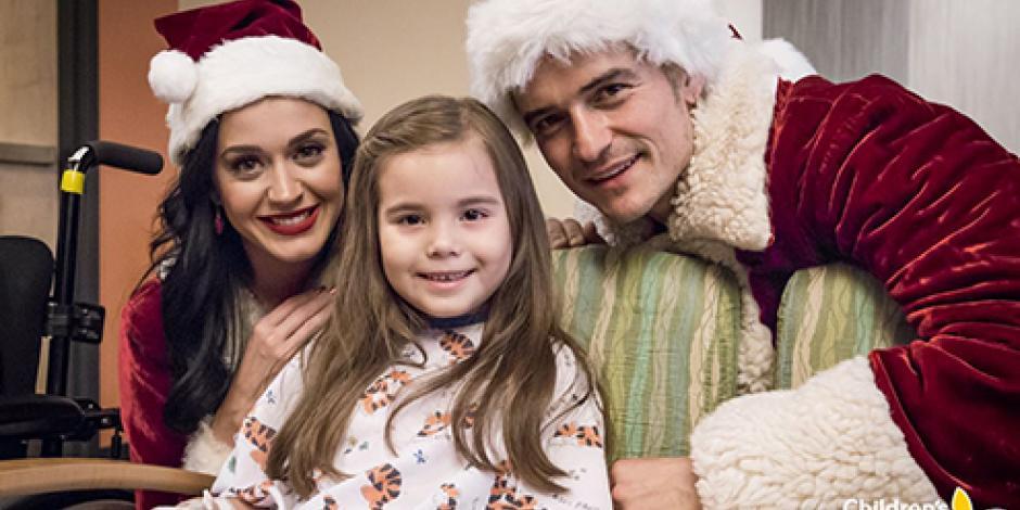 Katy Perry y Orlando Bloom visitan a niños en hospital vestidos como Sr. y Sra. Claus