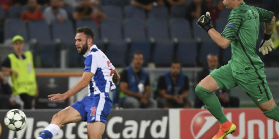 Con goles de Layún y Corona, Porto golea a Roma
