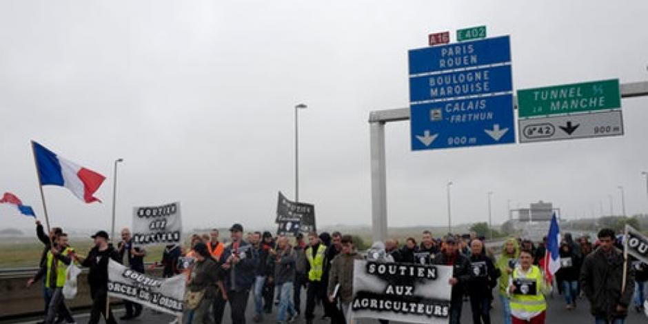 Camioneros protestan en Francia contra campamento de migrantes