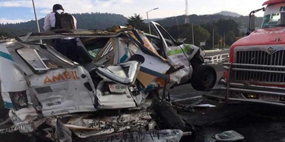 Tráiler choca contra ambulancia en la México-Toluca; hay 2 heridos