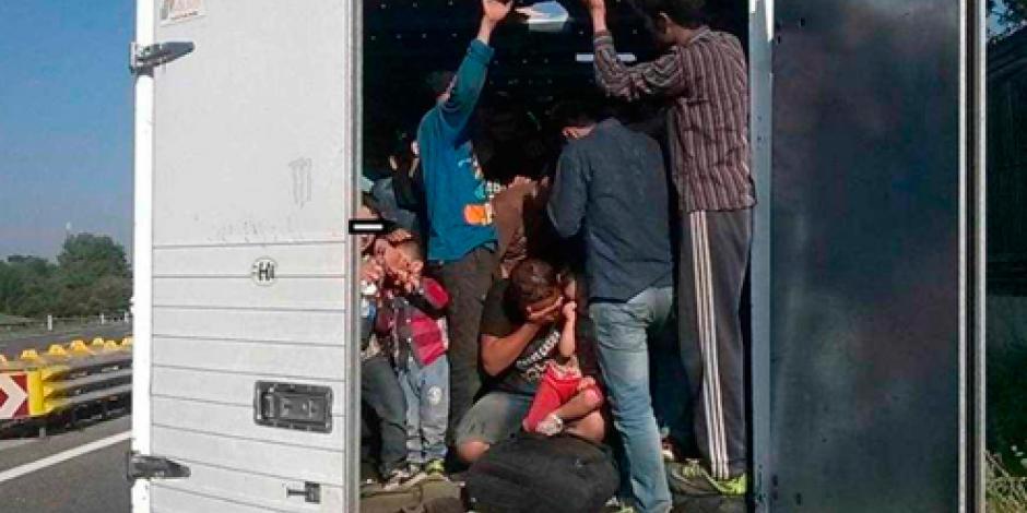 Rescatan a 121 migrantes hacinados dentro de un camión