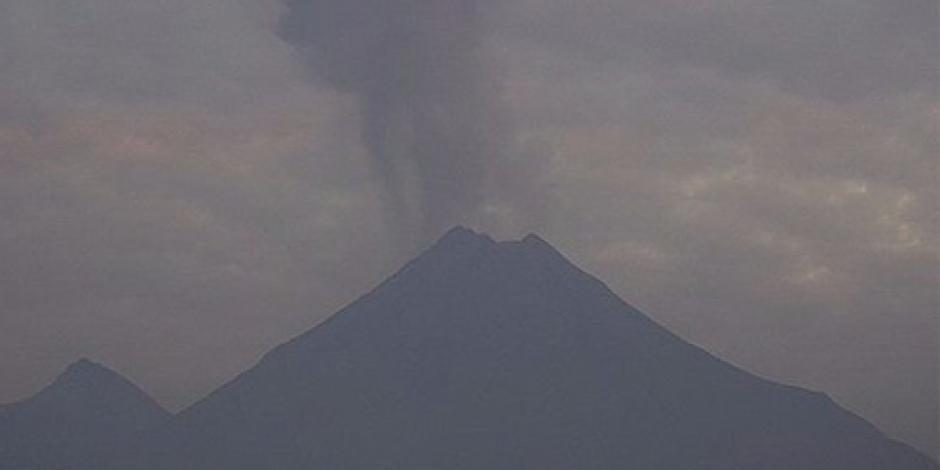 Lanza Volcán de Colima fumarola de mil 800 kilómetros