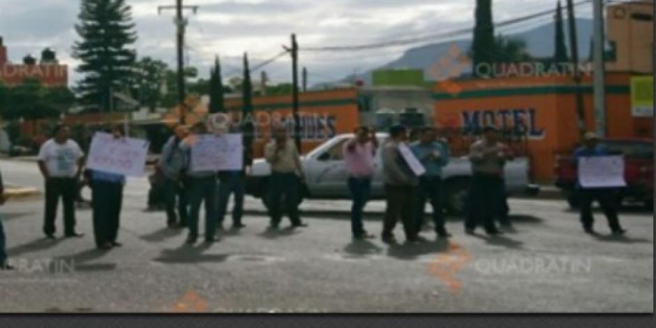 Manifestantes bloquean carretera en Oaxaca