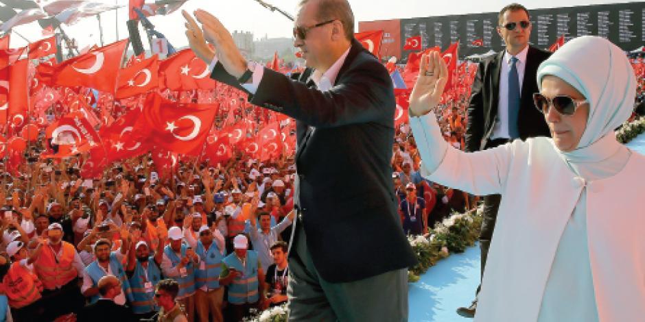 Avalan dos millones  la purga de Erdogan