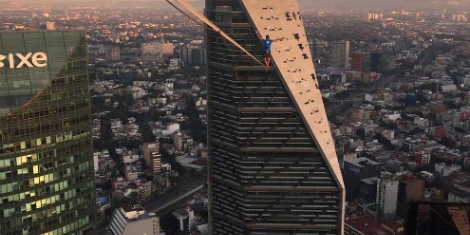 Cruza Reforma a más de 230 metros de altura