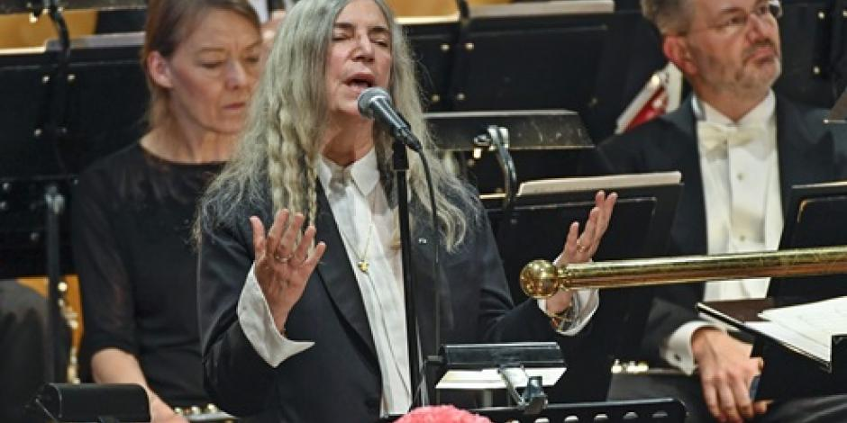 Patti Smith rinde tributo a Dylan en ceremonia del Nobel