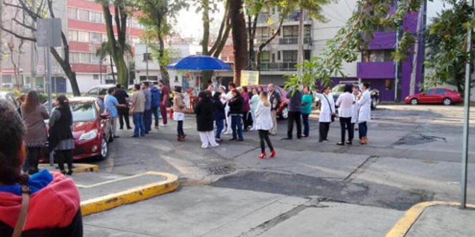 Médicos protestan afuera del hospital Xoco y Rubén Leñero
