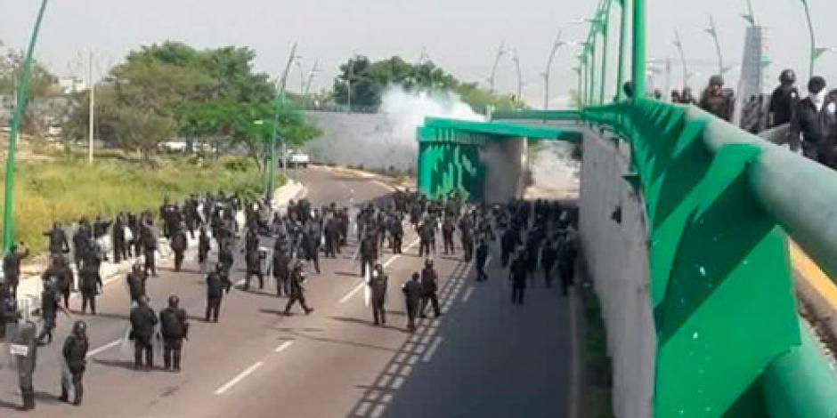 Se enfrentan magisterio y policías en Chiapas