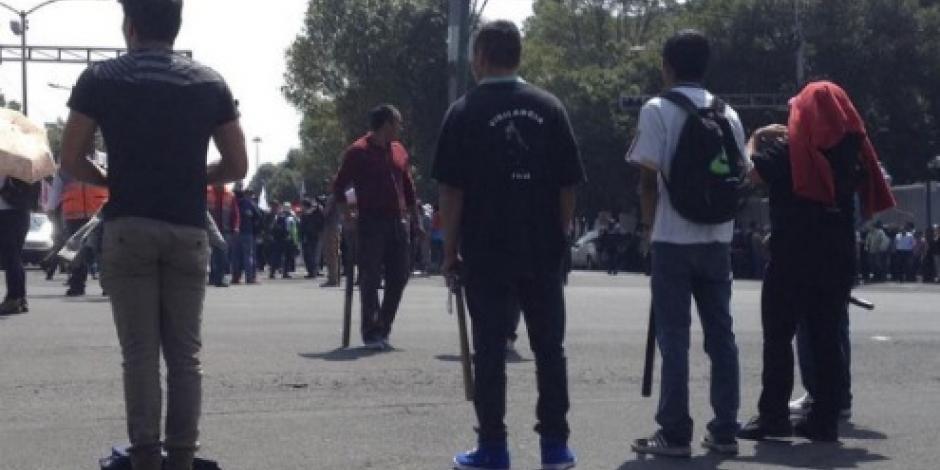 Reportan a manifestantes con toletes en marcha del 2 de octubre