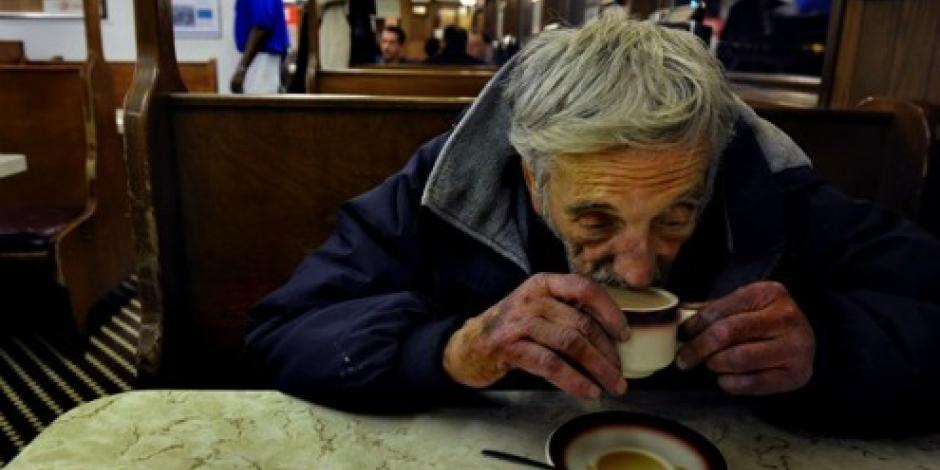 Ayuda y fraternidad con aroma de café
