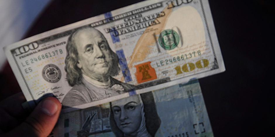Venden dólar en $18.10 pesos en bancos de la CDMX