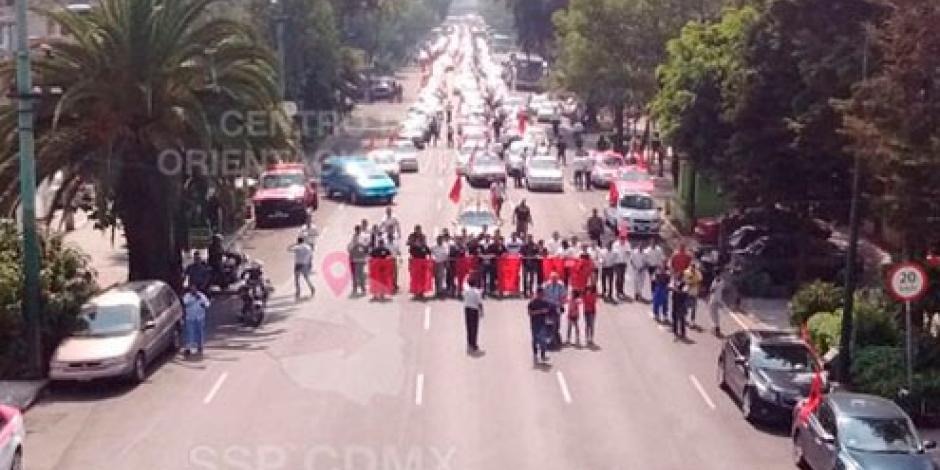 Bloqueo de taxistas afecta circulación vehicular en Eje 5 Sur