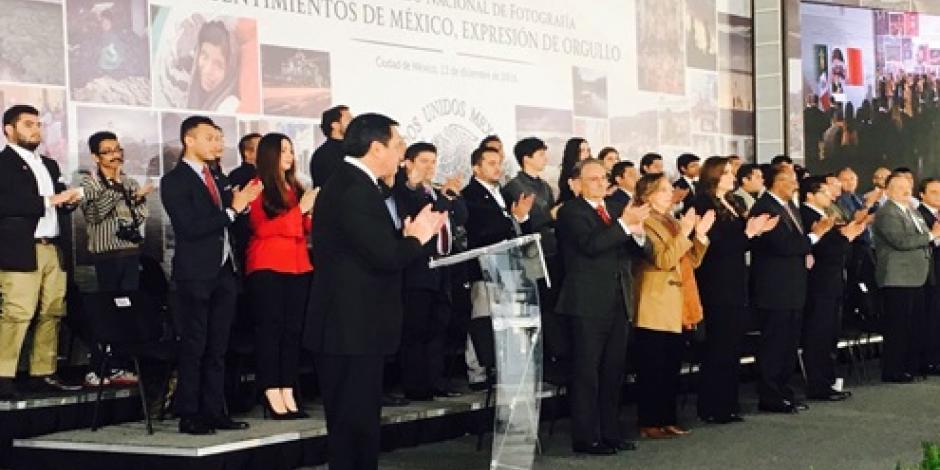 Osorio Chong rinde minuto de aplausos a Tovar y de Teresa