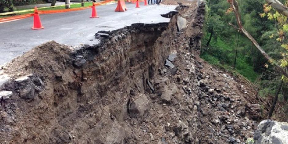 Mantienen cerrada calle en Chapultepec tras deslave
