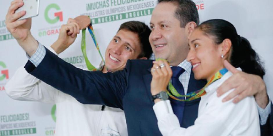 Eruviel entrega estímulos a medallistas