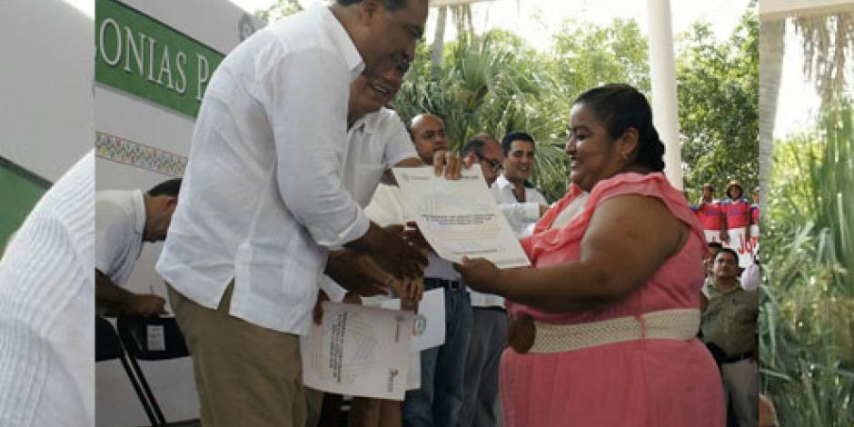 Entrega Astudillo 500 escrituras de vivienda a familias de Zihuatanejo