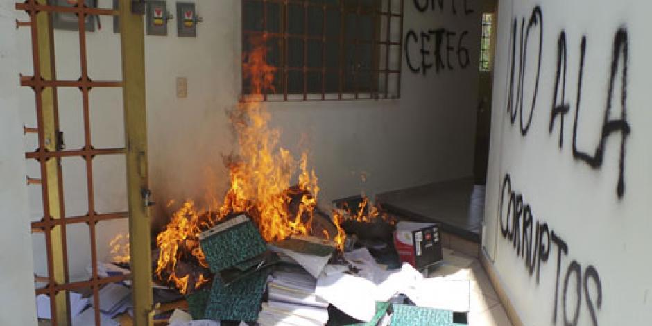 Maestros vandalizan oficinas de la Secretaría de Educación de Guerrero