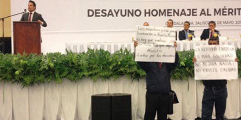 Protestan maestros en pleno evento de gobernador de Jalisco