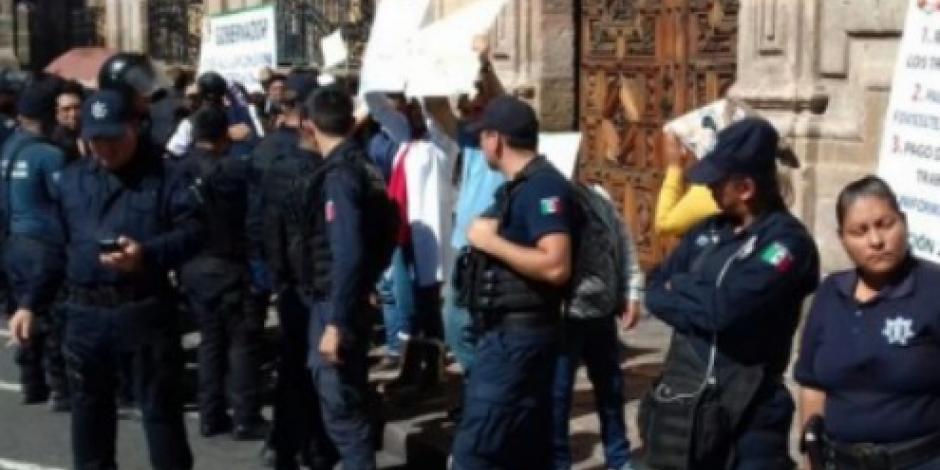 Protestan empleados frente a Palacio de Michoacán por falta de pagos