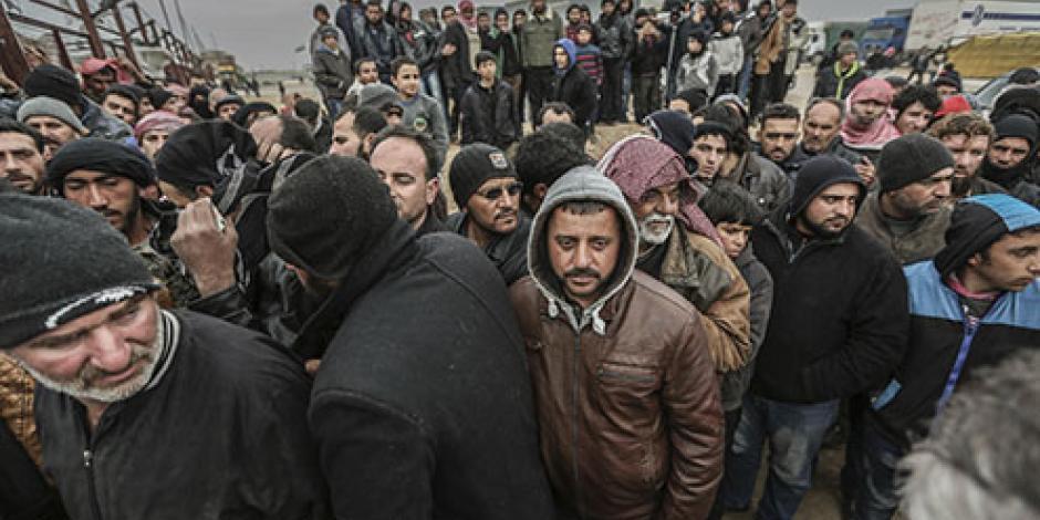 Miles de sirios se amontonan en la frontera de Turquía