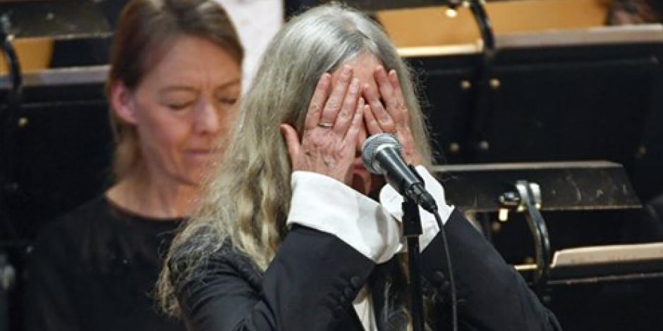 VIDEO: Patti Smith olvida letra al cantar en gala de premios Nobel