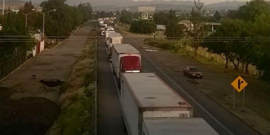 Choferes de tráileres retenidos en Nochixtlán bloquean autopista