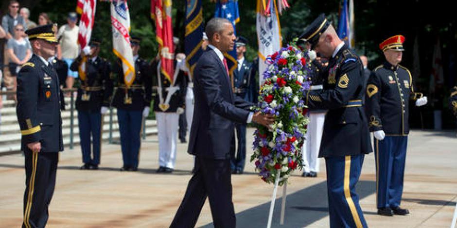 Con ofrenda floral, Obama recuerda a los soldados caídos