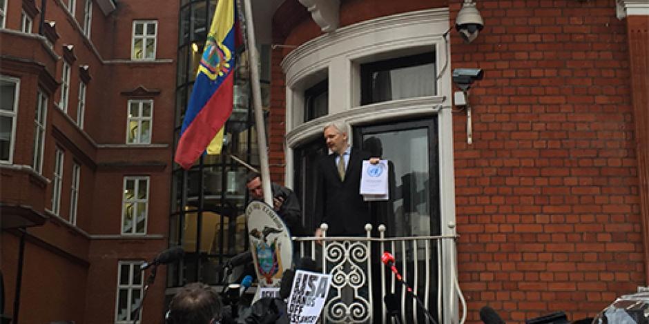Assange celebra una