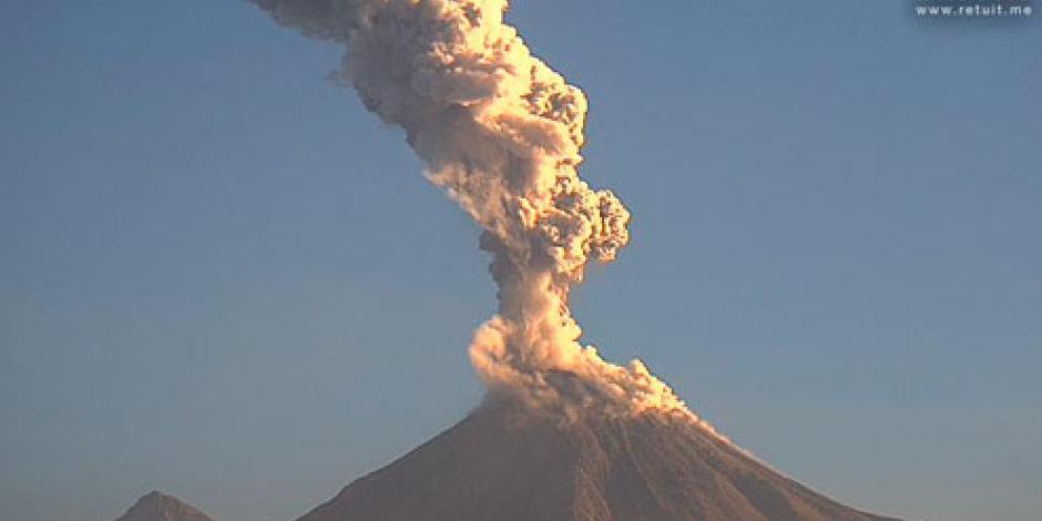 Volcán de Colima emite fumarola de 2.3 kilómetros