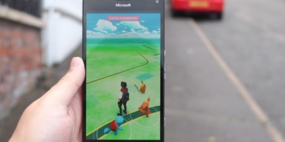 Por jugar Pokémon choca contra una patrulla