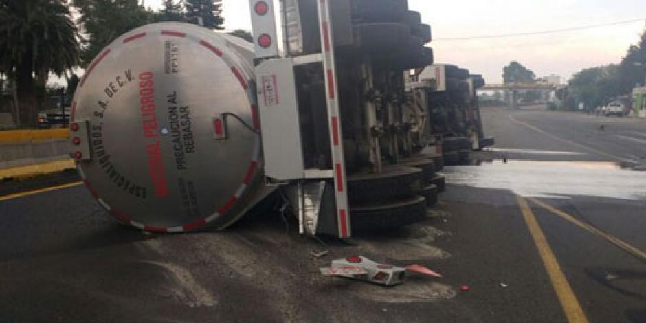 Vuelca pipa de combustible en autopista México – Puebla
