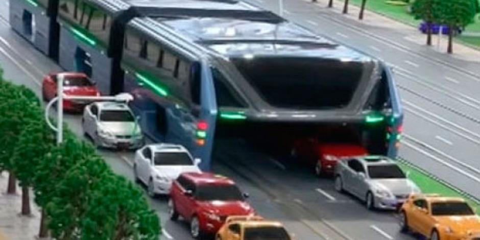 Autobús chino pasa por encima del tráfico