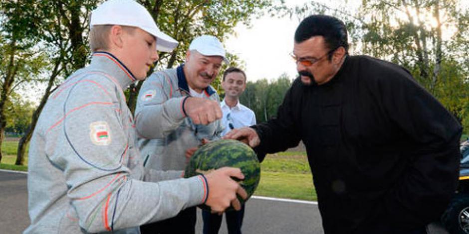 Presidente bielorruso regala zanahorias a Steven Seagal