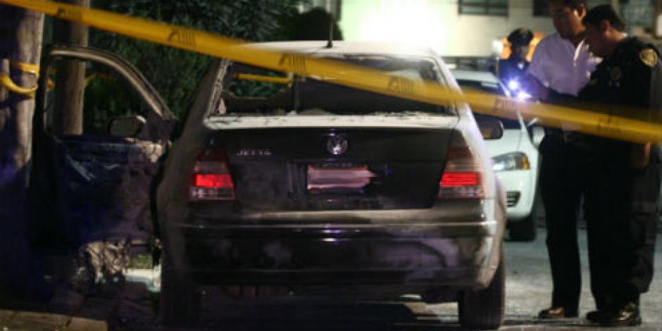 Hallan tres cuerpos en vehículo incendiado en la CDMX