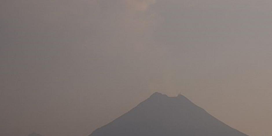 Fumarola de volcán de Colima alcanza más de mil metros de altura