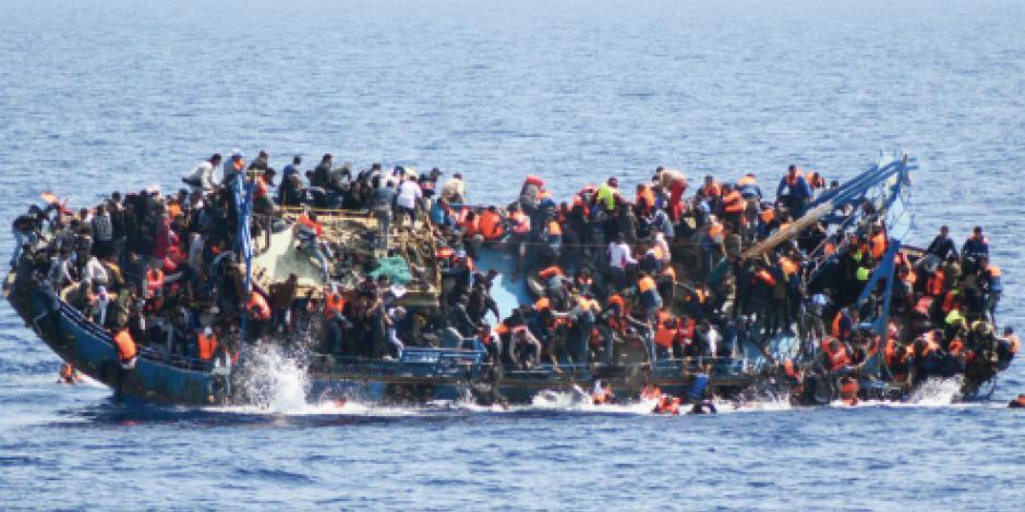 Por sobrecupo en barco de mafia naufragan 590 que iban a Italia