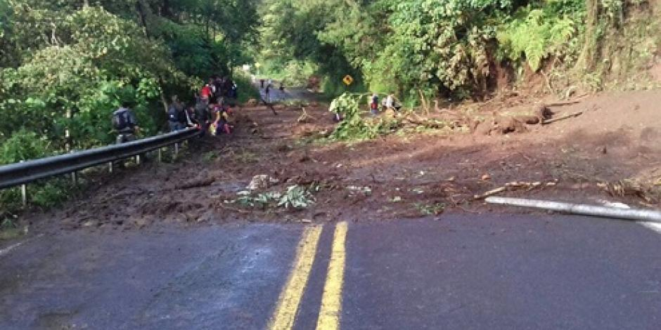 Limpian la autopista México-Tuxpan tras caída de piedras