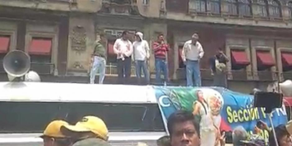 Arriban maestros al Zócalo