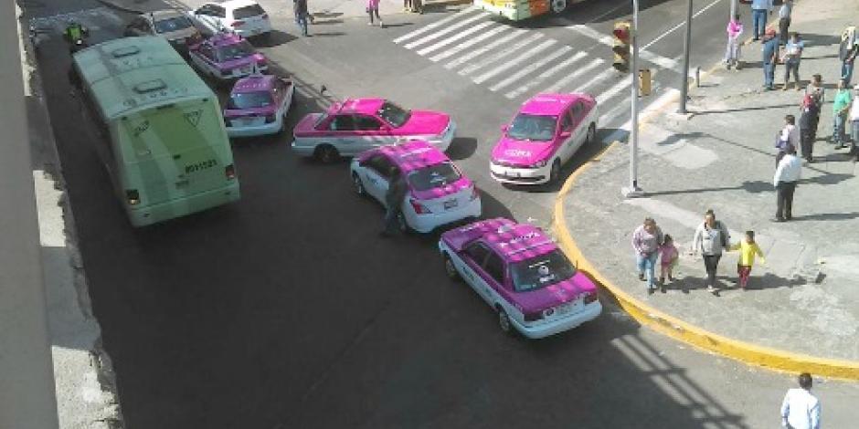 Taxistas provocan caos vial en la CDMX en protesta contra Uber y Cabify