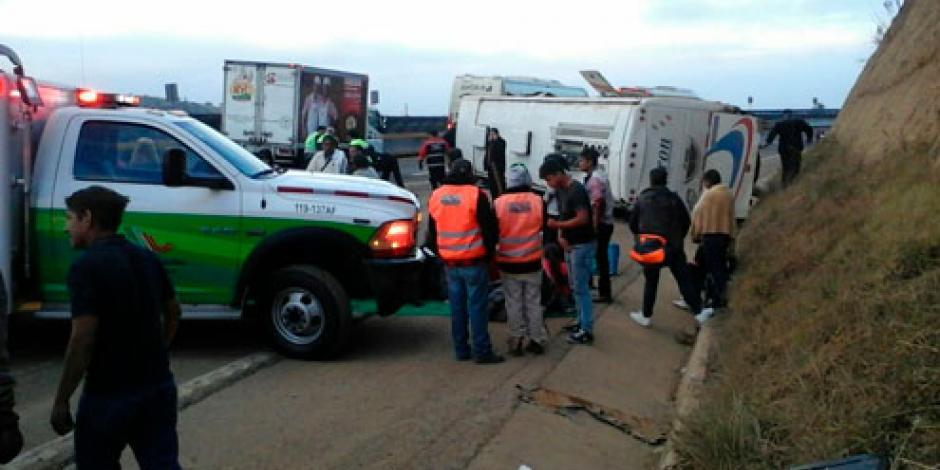 Muere una persona tras volcadura en la autopista México-Puebla