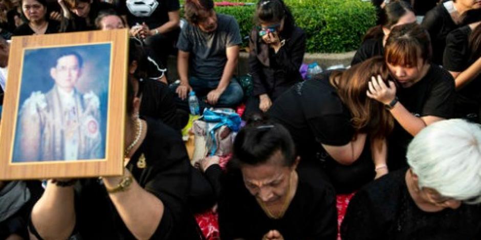 Miles de tailandeses rinden homenaje a su rey muerto