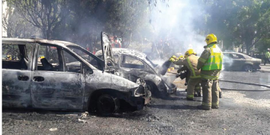 Normalistas ahora queman 12 autos oficiales en Chiapas