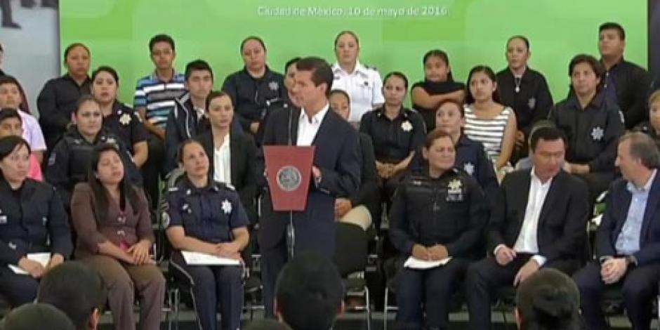 EPN otorga seguros de vida a policías jefas de familia