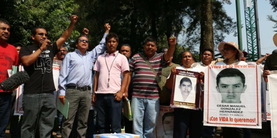 CNTE y padres de los 43 se manifiestan frente a embajadas
