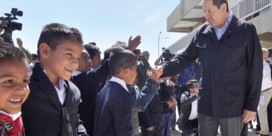 Eruviel ofrece 15 mil becas a estudiantes
