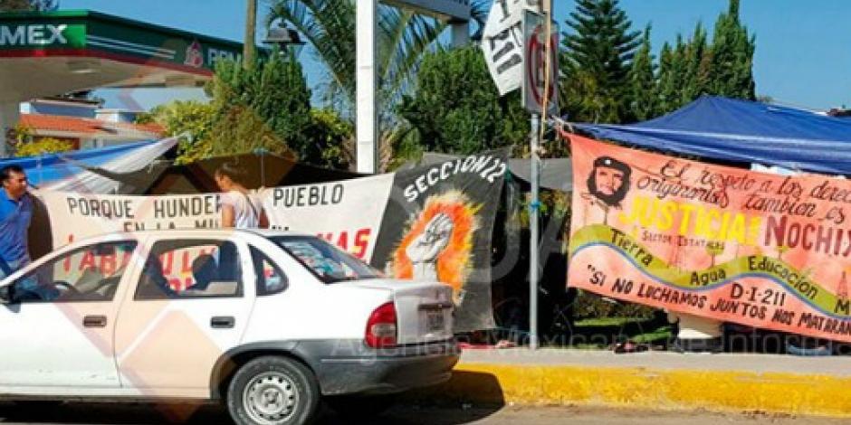 Retiene Sección 22 vehículos cerca del aeropuerto de Oaxaca