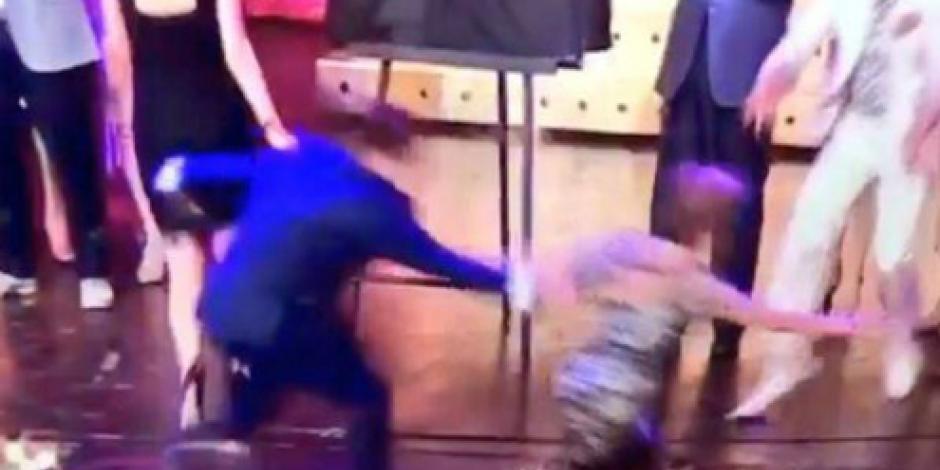 Jacqueline Andere sufre aparatosa caída del escenario