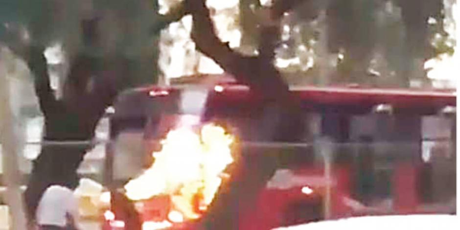 Encapuchados queman unidad de Metrobús