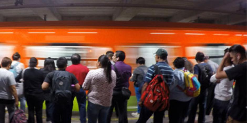 Convoy del Metro avanza con puertas abiertas en L-3