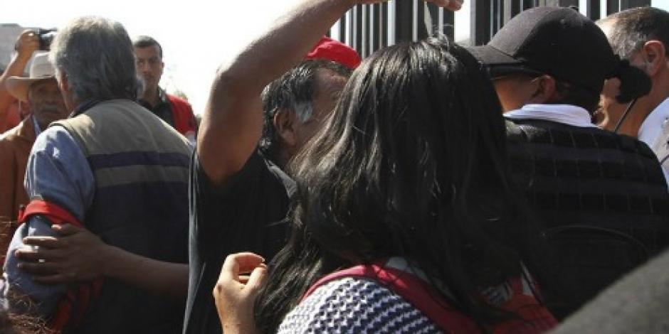 Se registra gresca entre padres de los 43 y  policías en la Basílica